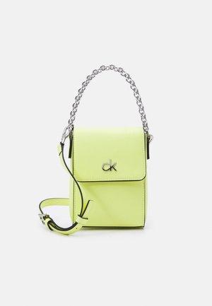 MINI BAG FLAP - Taška spříčným popruhem - sunny lime