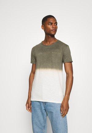 HESS - T-shirt med print - army