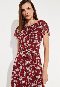 comma - MIT SOMMERLICHEM ALLOVERPRINT - Day dress - brick - 3