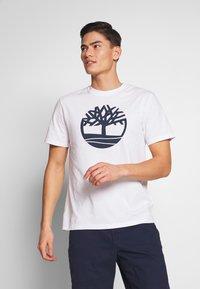 Timberland - KENNEBEC - T-shirt z nadrukiem - white - 0