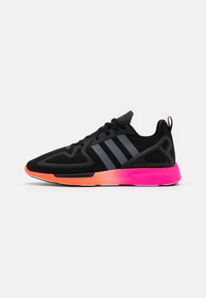 ZX 2K FLUX SPORTS INSPIRED SHOES UNISEX - Sneakersy niskie - core black/grey six/shock pink