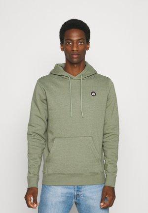 LARS HOOD - Sweater - moss