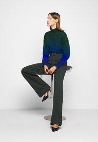 Victoria Victoria Beckham - BELTED TROUSER - Spodnie materiałowe - ivy green - 3