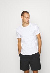 Calvin Klein Jeans - TEE 3 PACK  - T-shirt basic - black/ grey / bright white - 4
