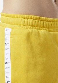 Reebok Classic - CLASSICS VECTOR JOGGER PANTS - Tracksuit bottoms - toxic yellow - 5