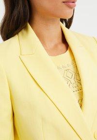 WE Fashion - Short coat - yellow - 4