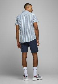 Jack & Jones - JJILINEN JJCHINO - Shorts - navy blazer - 2