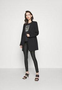 Vila - VICOMMIT COATED ZIP PANTS - Jeans Skinny Fit - black - 1
