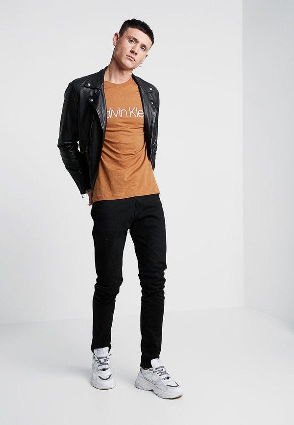 Calvin Klein FRONT LOGO - T-shirt z nadrukiem - brown/brązowy Odzież Męska UBCZ