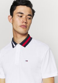 Tommy Jeans - FLAG NECK  - Koszulka polo - white - 3