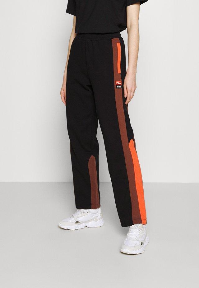 KAROLINA TRACK PANTS - Teplákové kalhoty - black beauty/potting soil