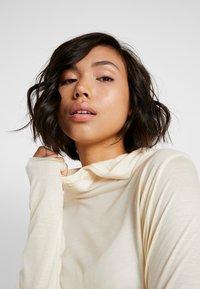 Casall - LIQUID HOOD - T-shirt à manches longues - core white - 4