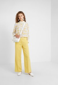 Lovechild - HARPER PANT - Trousers - banana - 1