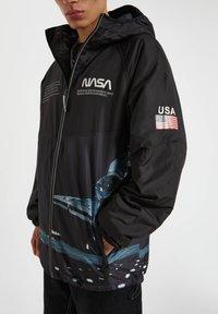 PULL&BEAR - Zimní bunda - black - 5
