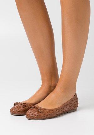 PEGGY WEAVE - Ballet pumps - tan