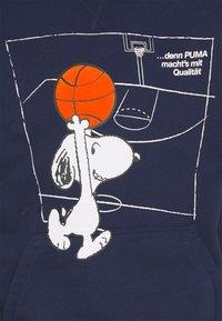 Puma - PEANUTS HOODIE - Jersey con capucha - peacoat - 2