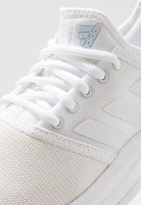 adidas Performance - GAMECOURT - Tenisové boty na antuku - footwear white/blue tint - 5