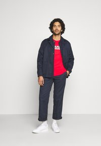 Tommy Jeans - LAYERED GRAPHIC TEE  - T-shirt con stampa - deep crimson - 1