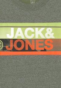 Jack & Jones Junior - JCONICCO CREW NECK - Triko spotiskem - rifle green - 2
