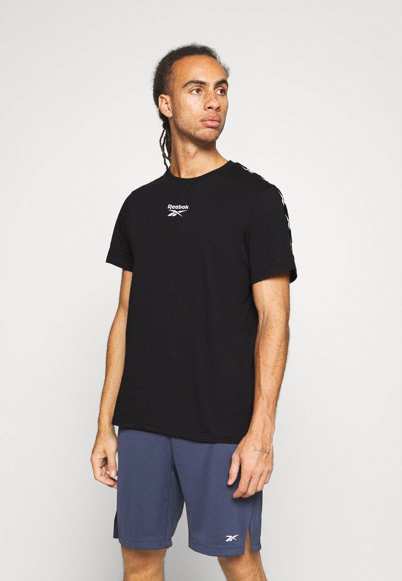 Reebok - TAPE TEE - T-shirt med print - black