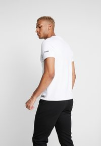 STEREOTYPE - THERMAL EYE TEE - Triko s potiskem - white - 2