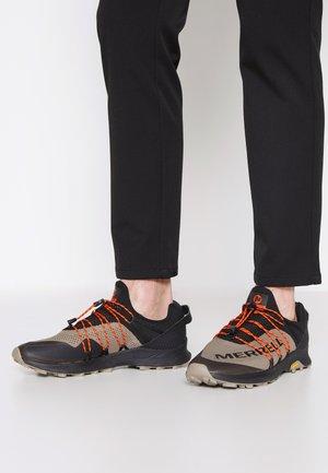 LONG SKY SEWN - Zapatillas de trail running - black/brindle