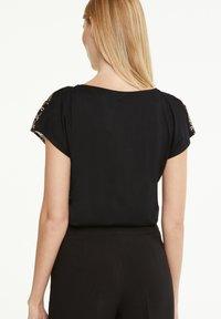 comma - Print T-shirt - black big chain - 2