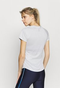 Under Armour - SPEED STRIDE SHORT SLEEVE - Camiseta estampada - halo gray - 2