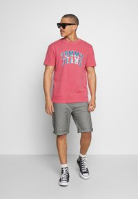 Tommy Jeans - NOVEL VARSITY LOGO TEE - Print T-shirt - light cerise pink - 1