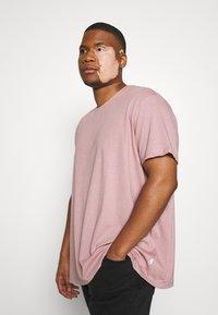 Burton Menswear London - BASIC 5 PACK - Basic T-shirt - purple/khaki/pink - 5