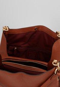 Coach - DALTON SHOULDER BAG - Bolso de mano - saddle - 4