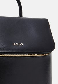 DKNY - BRYANT PARK TOTE LOGO WITH TRIM - Plecak - black/gold - 4