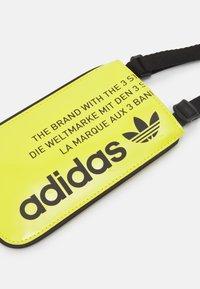 adidas Originals - POUCH UNISEX - Taška spříčným popruhem - yellow - 3