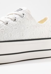 Converse - CUCK TAYLOR ALL STAR LIFT - Baskets basses - white/black - 2