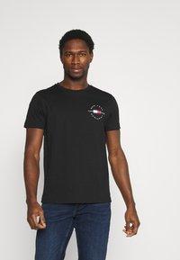 Tommy Hilfiger - CIRCLE CHEST TEE - T-shirt med print - black - 0