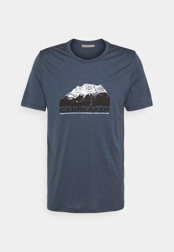 TECH LITE CREWE MOUNTAIN - Triko spotiskem - serene blue