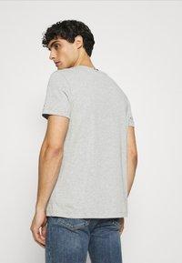 Tommy Hilfiger - CORP STRIPE BOX TEE - T-shirt med print - medium grey heather - 2