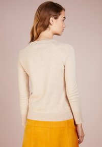 pure cashmere - CLASSIC CREW NECK  - Sweter - oatmeal - 2