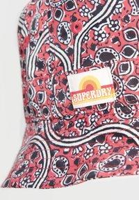 Superdry - Hat - paisley block print red - 2