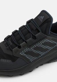 adidas Performance - TERREX TRAILMAKER COLD.RDY - Hikingsko - core black/core black/dark grey heather/solid grey - 5