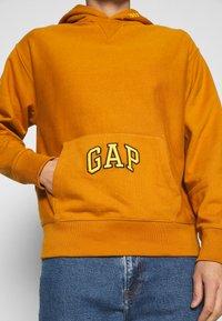 GAP - DRY - Bluza z kapturem - autumn orange - 4