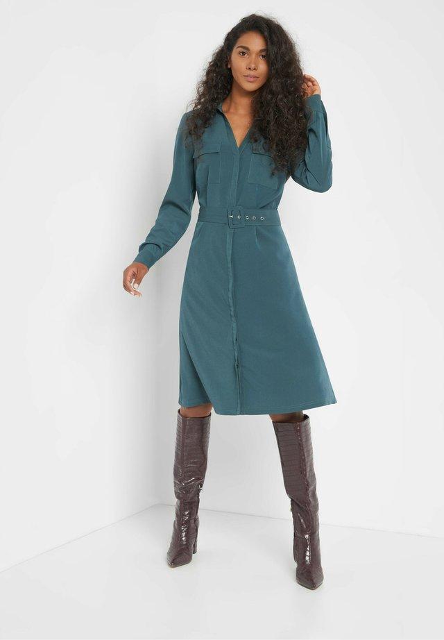MIT GÜRTEL - Shirt dress - dark turquoise