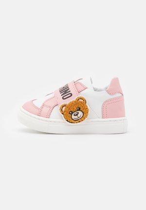 Sneaker low - light pink/white