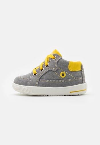 MOPPY - Baby shoes - grau/gelb