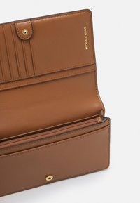 MICHAEL Michael Kors - JET SET CHARM PHONE XBODY - Handbag - vanilla/acrn - 2