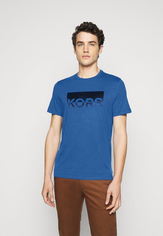 SPLIT BLOCK TEE - T-shirt imprimé - marine blue