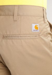 Carhartt WIP - PRESENTER DUNMORE - Shorts - leather rinsed - 4