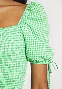 Topshop - GINGHAM SHIRRED TEA DRESS - Robe d'été - green - 4
