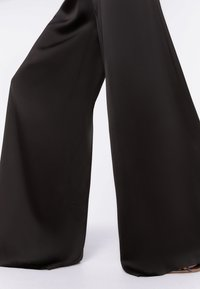 Uterqüe - FLIESSENDE - Trousers - black - 4