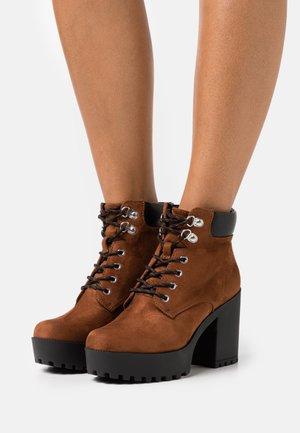 Kotníková obuv na vysokém podpatku - cognac